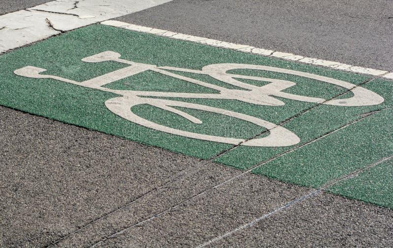 自行车在路面的路标 免版税库存图片
