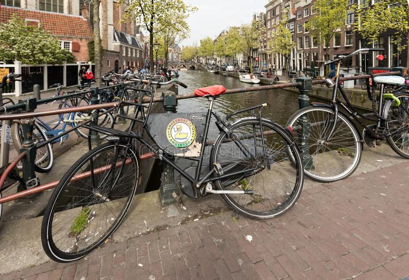 自行车在运河上的桥梁停放了在中央阿姆斯特丹荷兰 库存照片