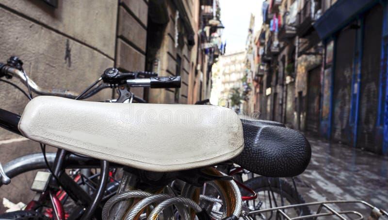 自行车在巴塞罗那,西班牙老镇的街道锁了  库存图片