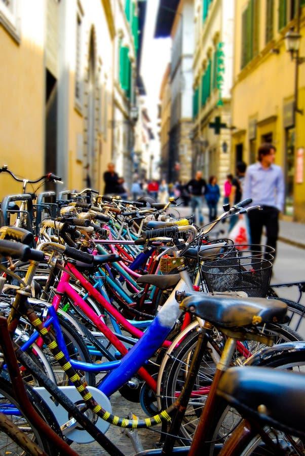 自行车填装欧洲城市狭窄的街道  库存照片