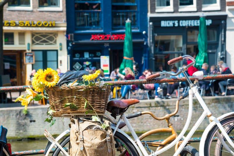 自行车夏天视图有花的在一座运河桥梁在阿姆斯特丹 库存照片