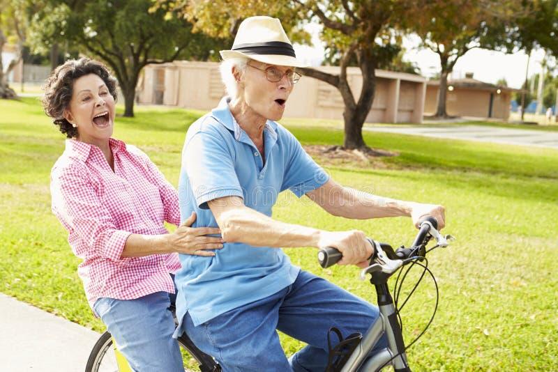 自行车夫妇西班牙公园骑马前辈 免版税图库摄影