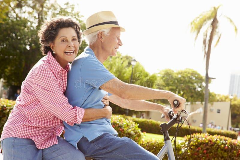 自行车夫妇西班牙公园骑马前辈 免版税库存照片