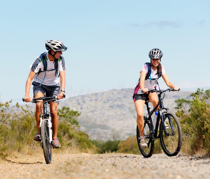 自行车夫妇 免版税库存图片