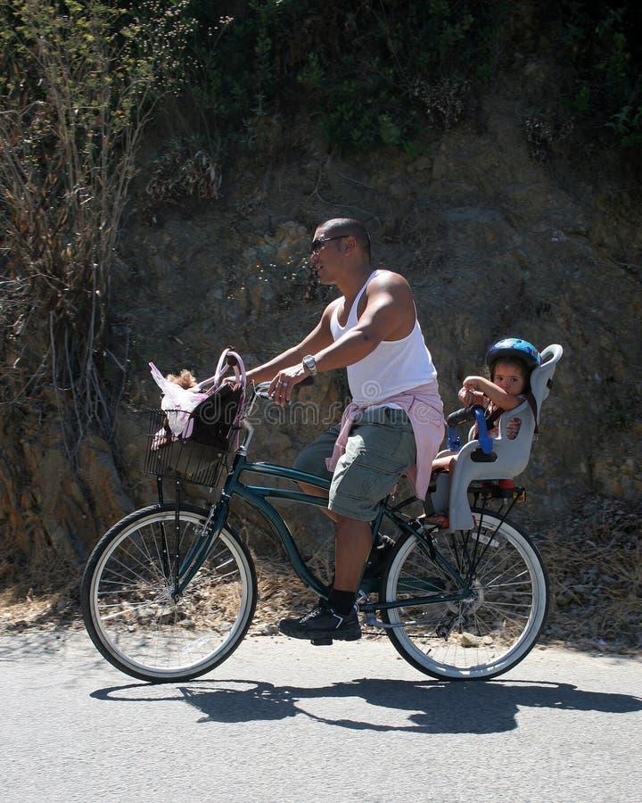 自行车女儿父亲乘驾 免版税库存图片