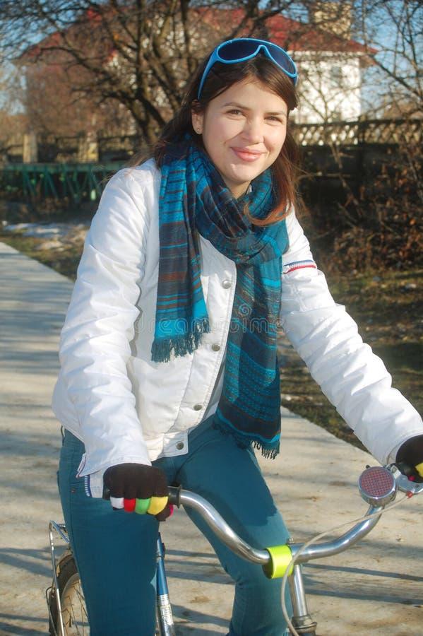 自行车女孩她的骑马年轻人 库存图片