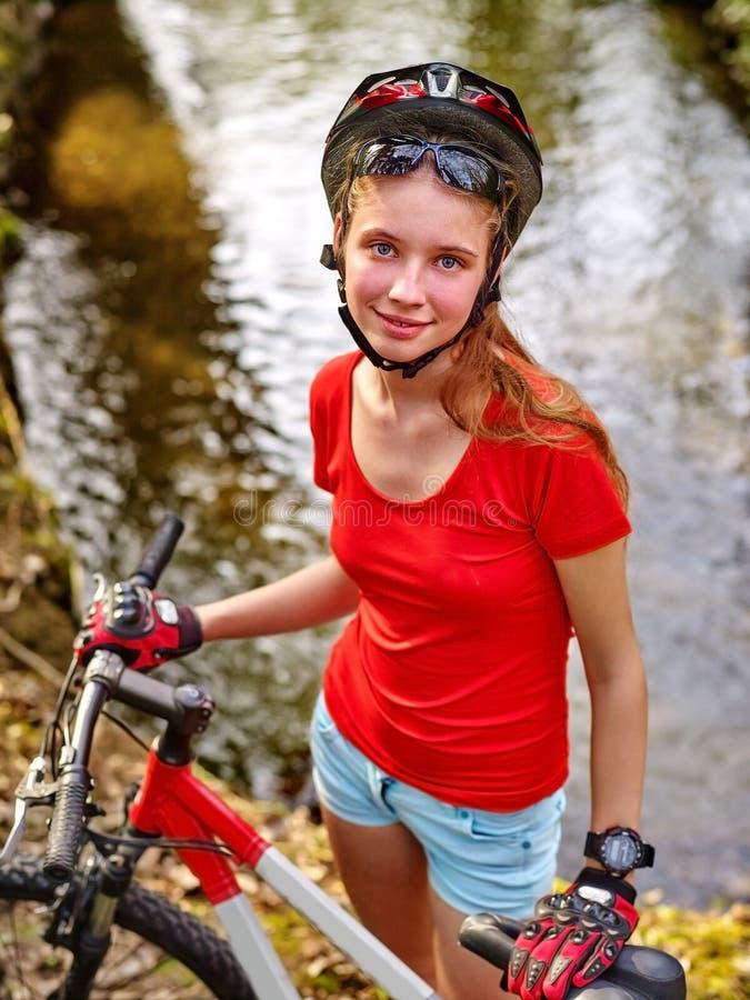 自行车女孩循环的涉过在水中 免版税库存照片