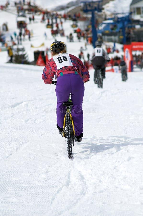 自行车女孩种族雪 库存照片