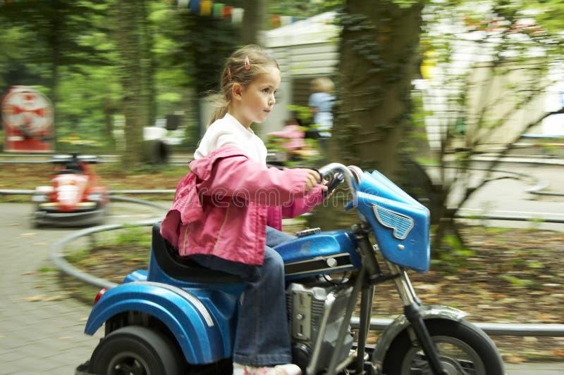 自行车女孩马达年轻人 免版税库存图片