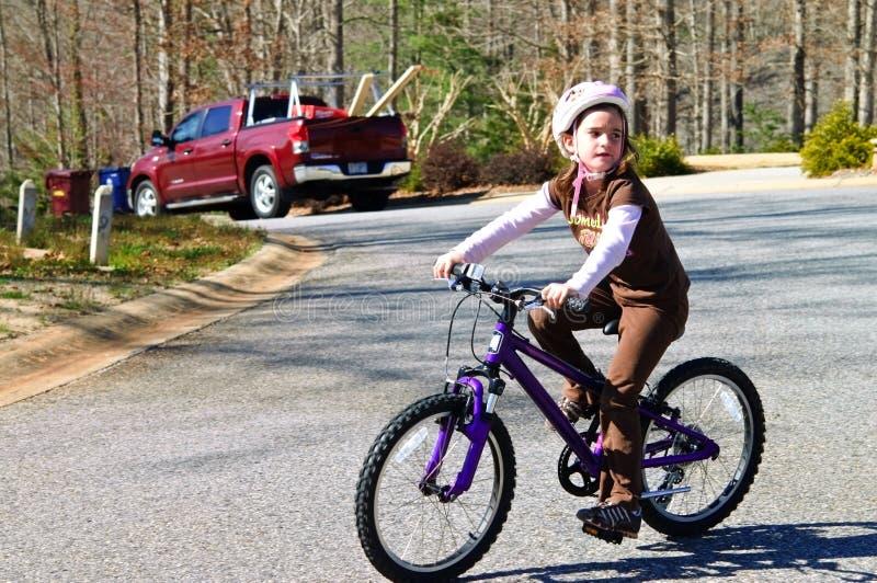 自行车女孩骑马年轻人 免版税库存图片