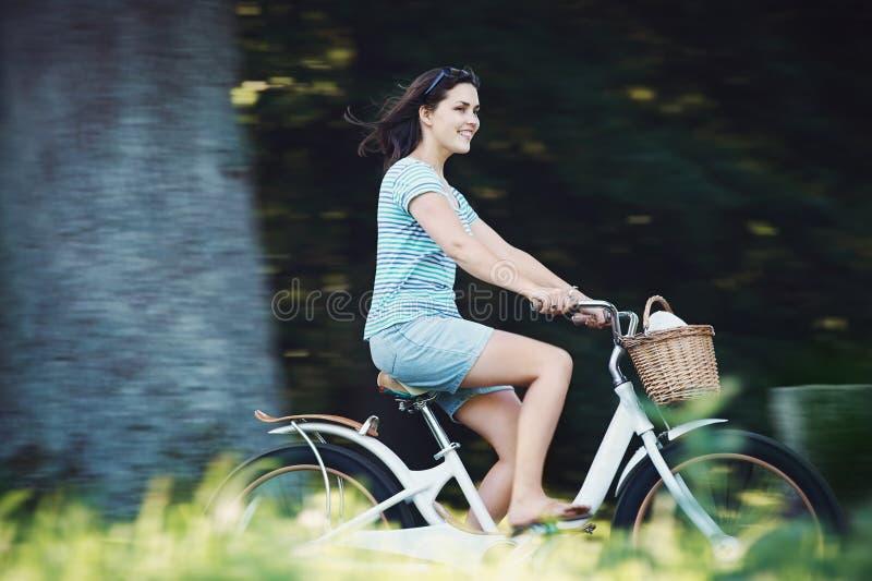 自行车妇女 图库摄影