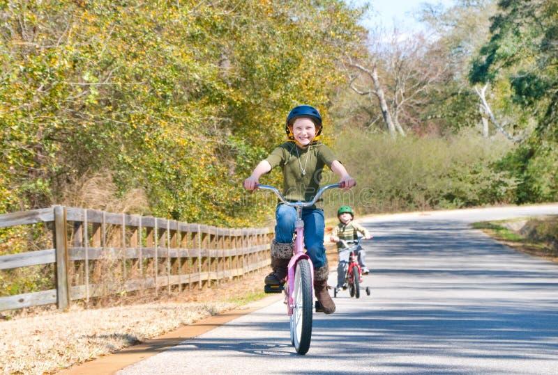 自行车孩子乘坐 免版税库存图片