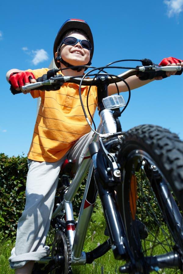 自行车小伙子 免版税图库摄影