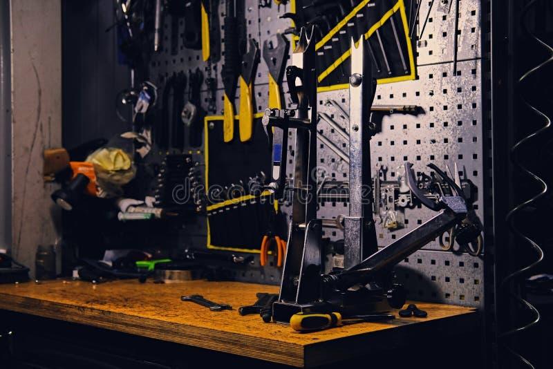 自行车工具立场在车间 库存照片