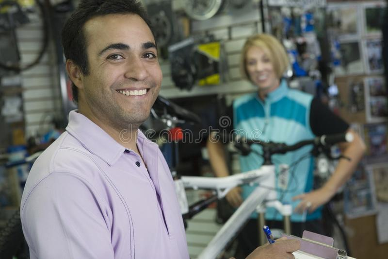自行车有女性骑自行车者的售货员 库存照片