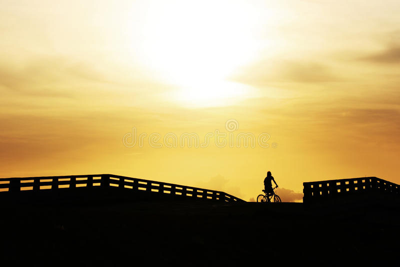 自行车桥梁乘坐骑马 免版税库存照片