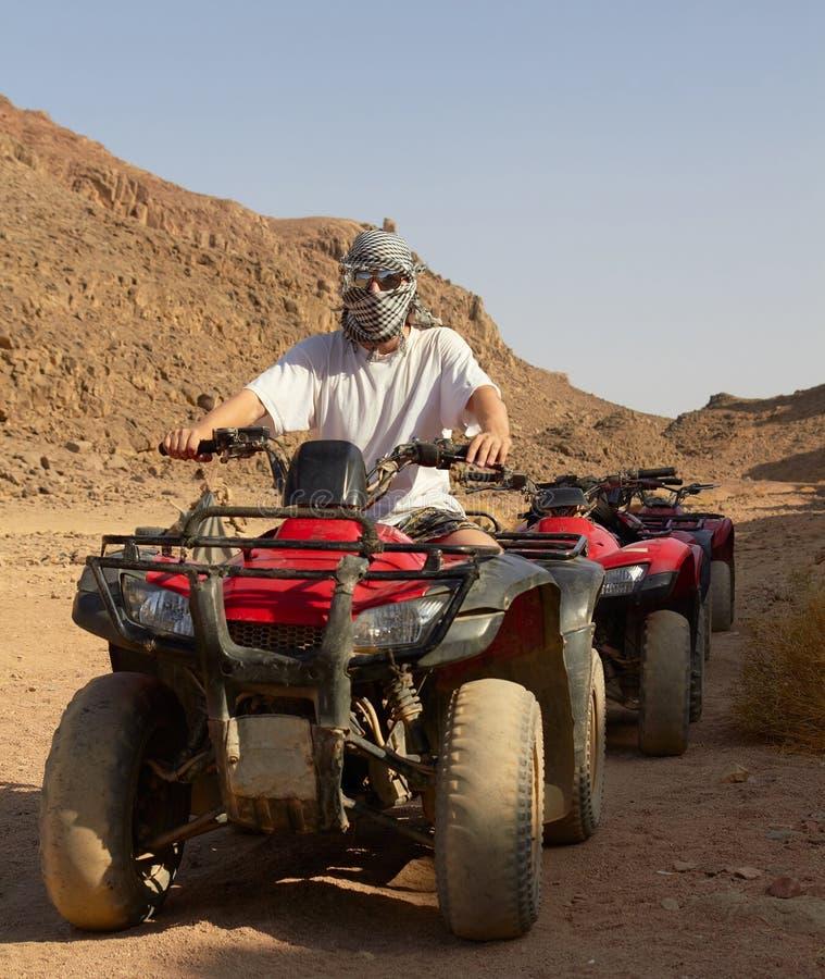 自行车沙漠四元组骑马 免版税库存照片
