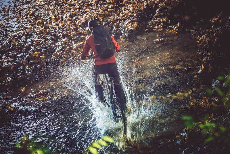 自行车河流桥渡 免版税库存图片