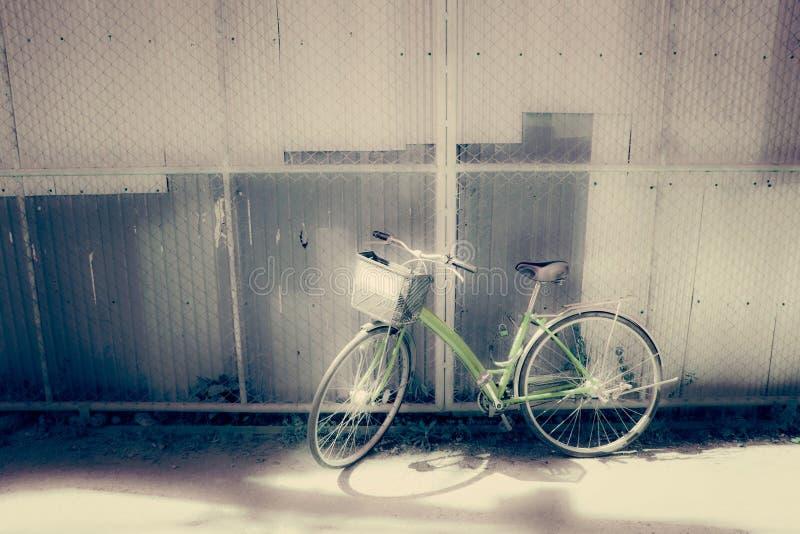 自行车由墙壁-葡萄酒和软的样式停放了 免版税库存照片