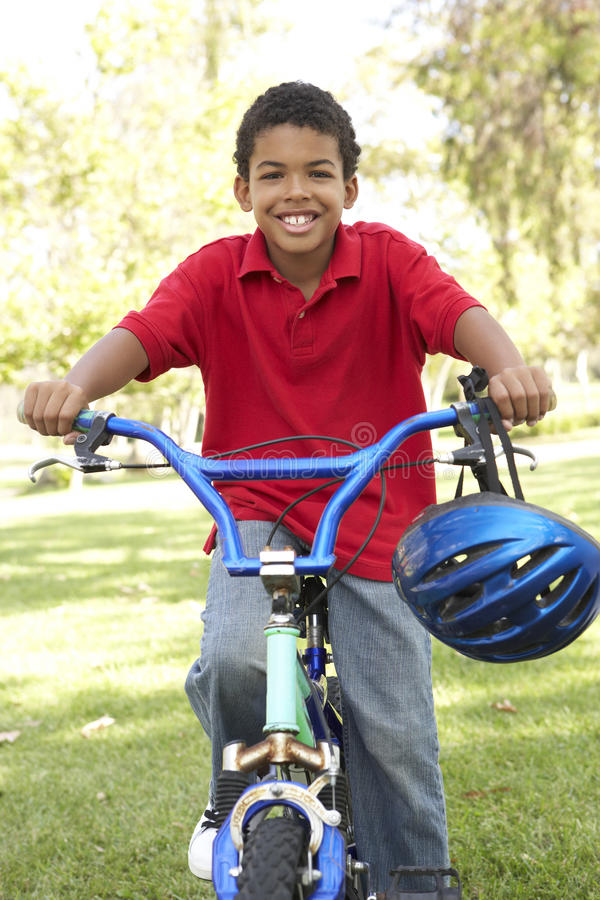 自行车男孩公园骑马 库存照片