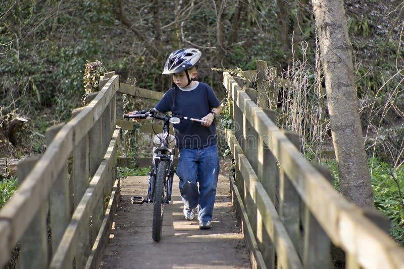自行车男孩老推进六年 免版税图库摄影