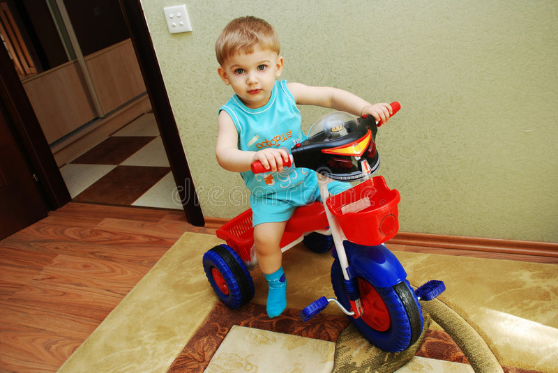 自行车男孩逗人喜爱小 图库摄影