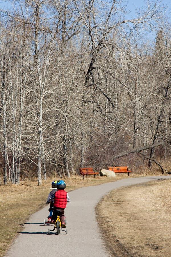 自行车男孩骑马 免版税库存照片
