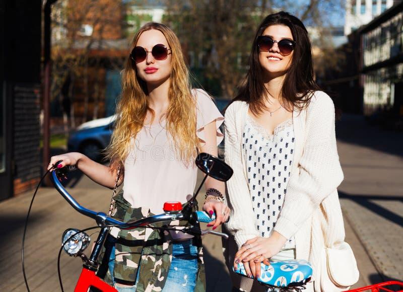 自行车的两个女孩 室外 图库摄影