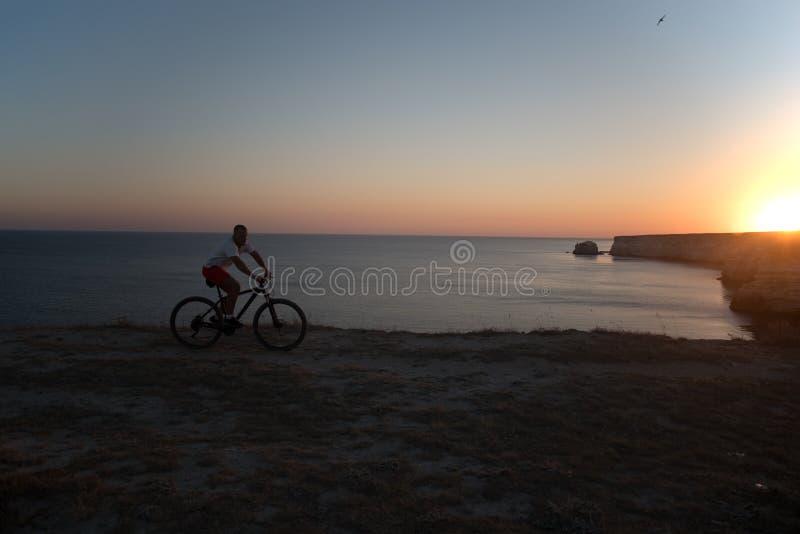 自行车的人在海滨乘坐 库存照片