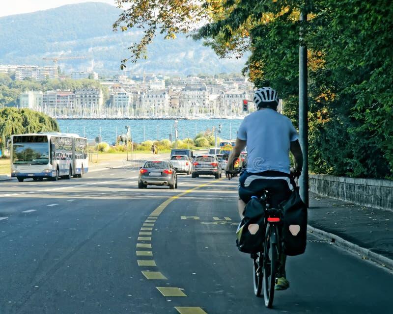 自行车的人在路在日内瓦瑞士 免版税库存图片