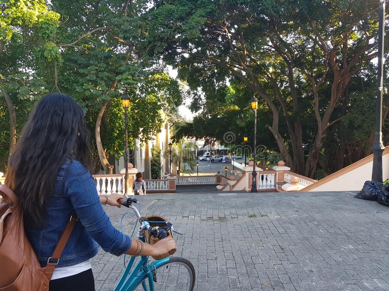 自行车的女孩,奇卡en bicicleta 库存图片