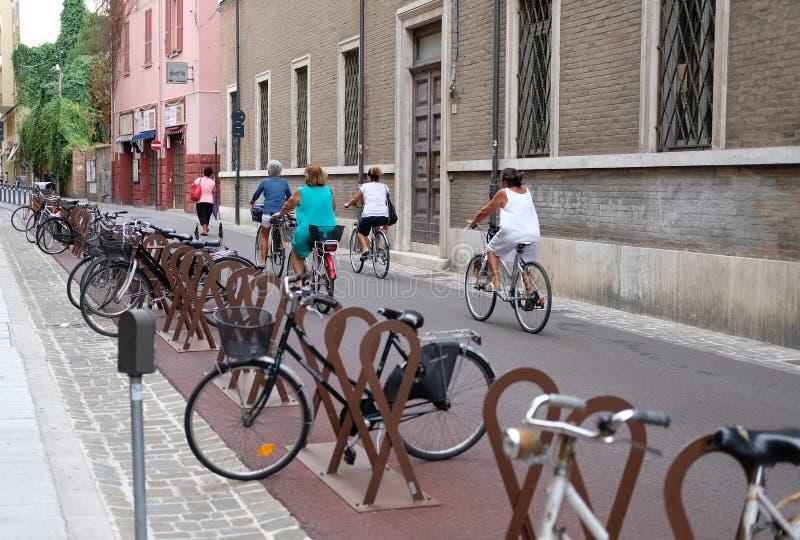 自行车的妇女在意大利的街道上 库存图片