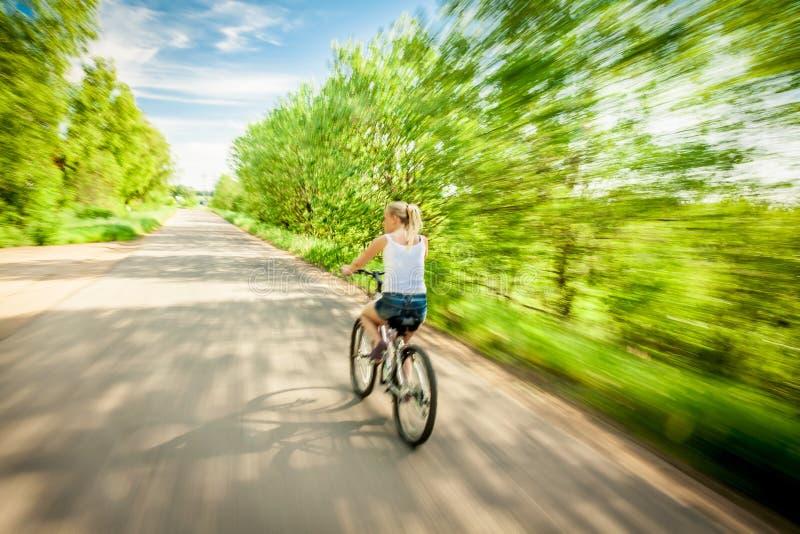 自行车的妇女在被弄脏的行动 库存图片