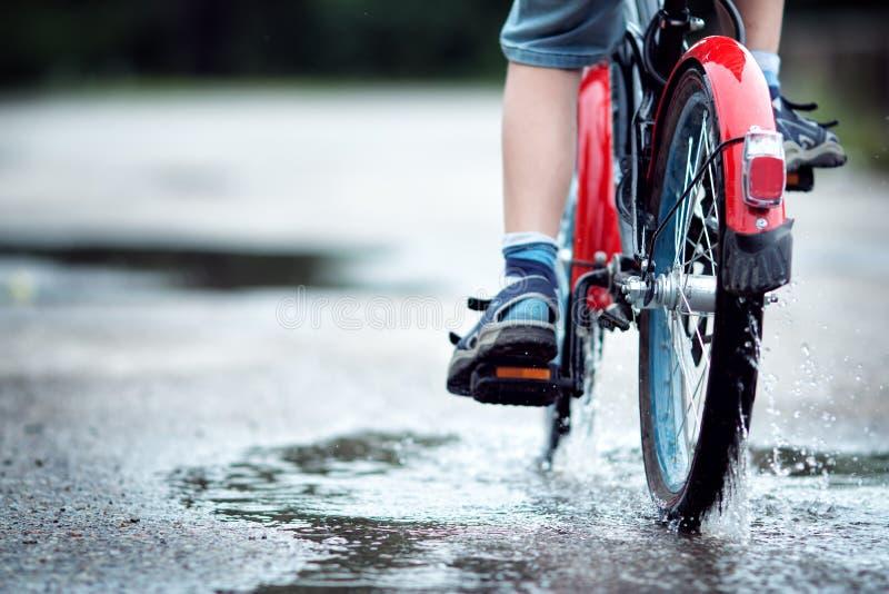 自行车的孩子 免版税库存照片