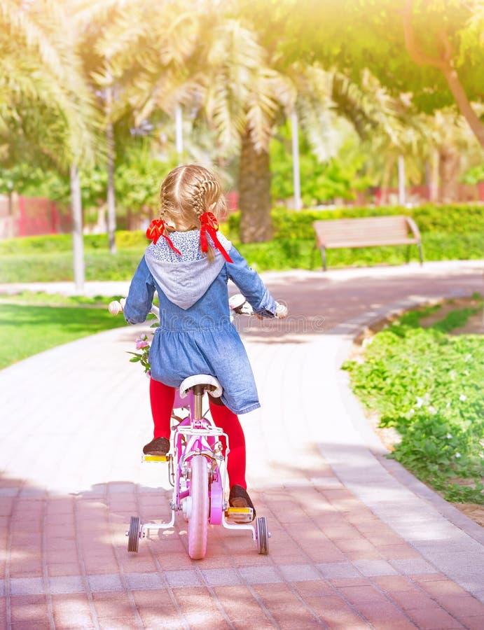 自行车的小女孩 免版税库存图片