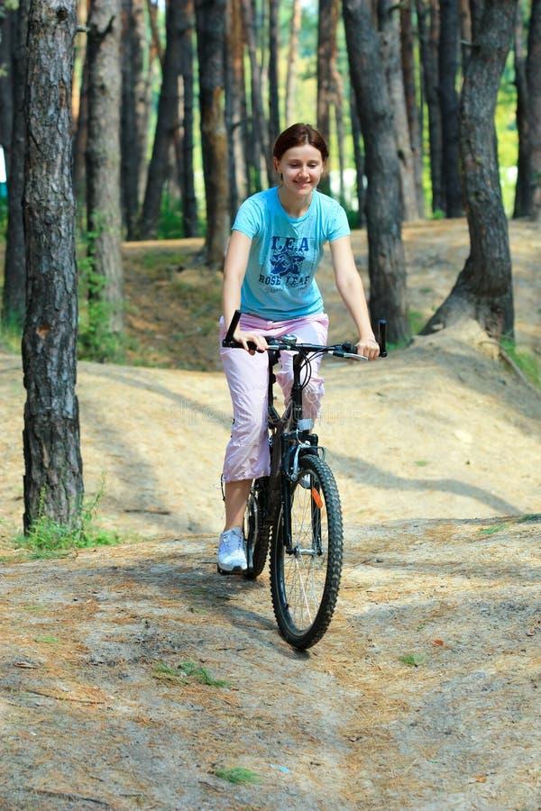 Download 自行车的少妇 库存照片. 图片 包括有 微笑, 森林, 皮包骨头, 愉快, 妇女, 男朋友, 重新创建, 乘驾 - 30326298