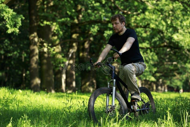 自行车的年轻人 免版税库存图片
