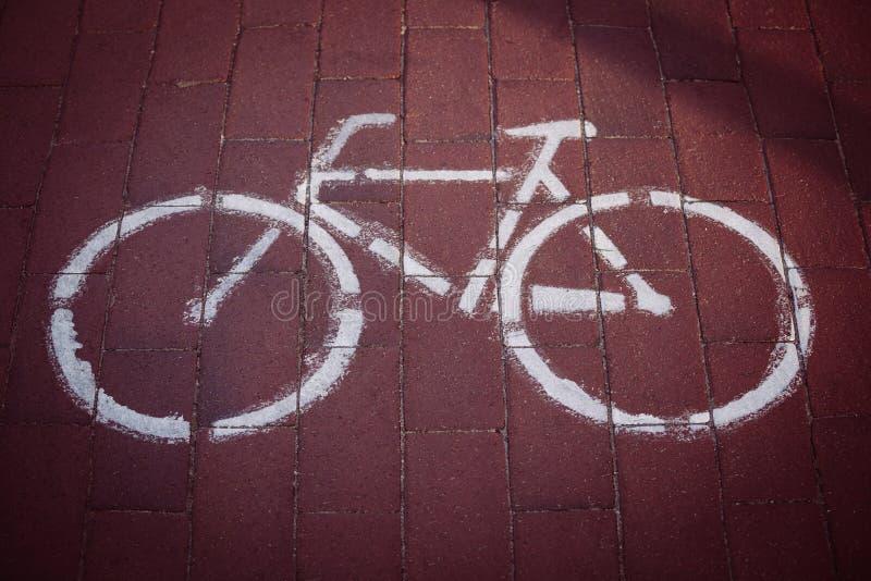自行车的被绘的标志在自行车道路砖的  免版税库存图片
