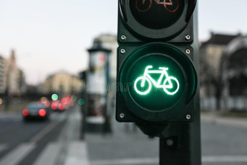 自行车的绿色交通灯 免版税库存图片