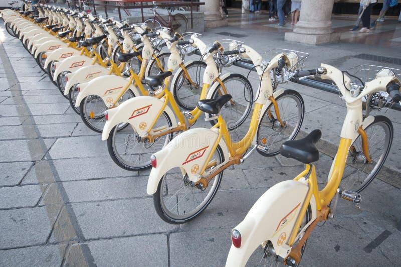 自行车米兰都市场面的运输 免版税库存照片
