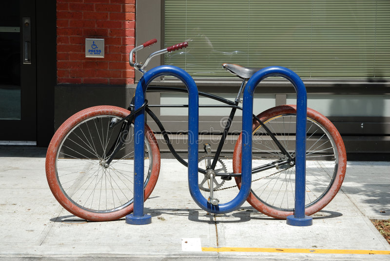 自行车红色轮胎 免版税库存图片