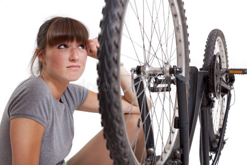 自行车缺陷不快乐的妇女 库存照片