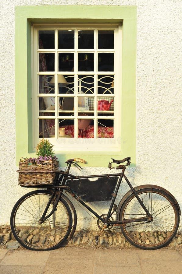 自行车被塑造的老外部界面 免版税库存照片