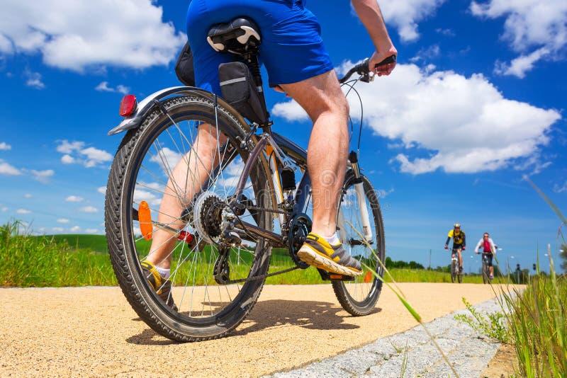 自行车路的骑自行车者晴天 免版税图库摄影