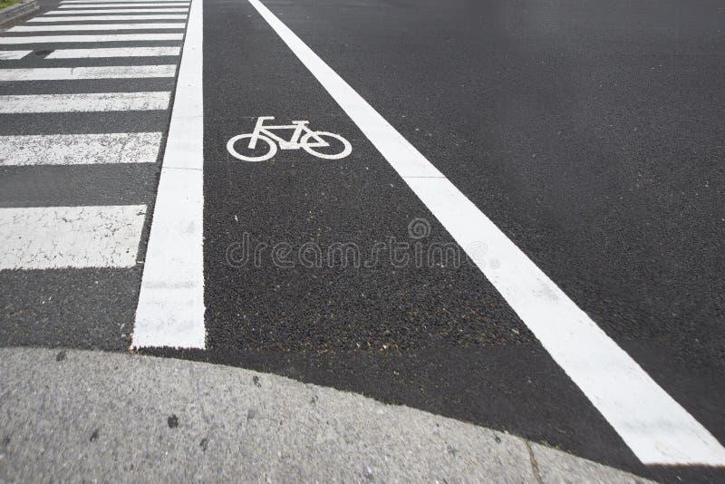 自行车车道和行人穿越道的在城市乘坐了 库存图片