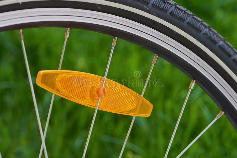 自行车轮子删去与橙色反射器 免版税库存图片