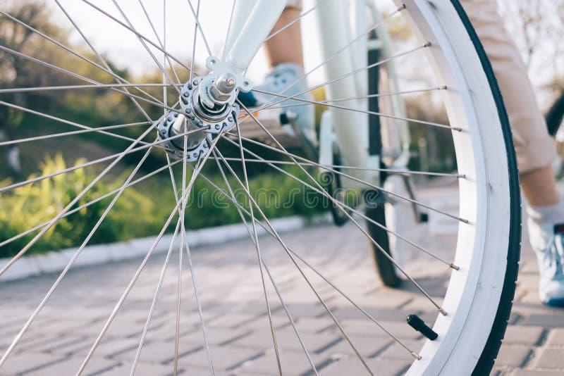 自行车轮子特写镜头有镀铬物轮幅的 免版税库存图片