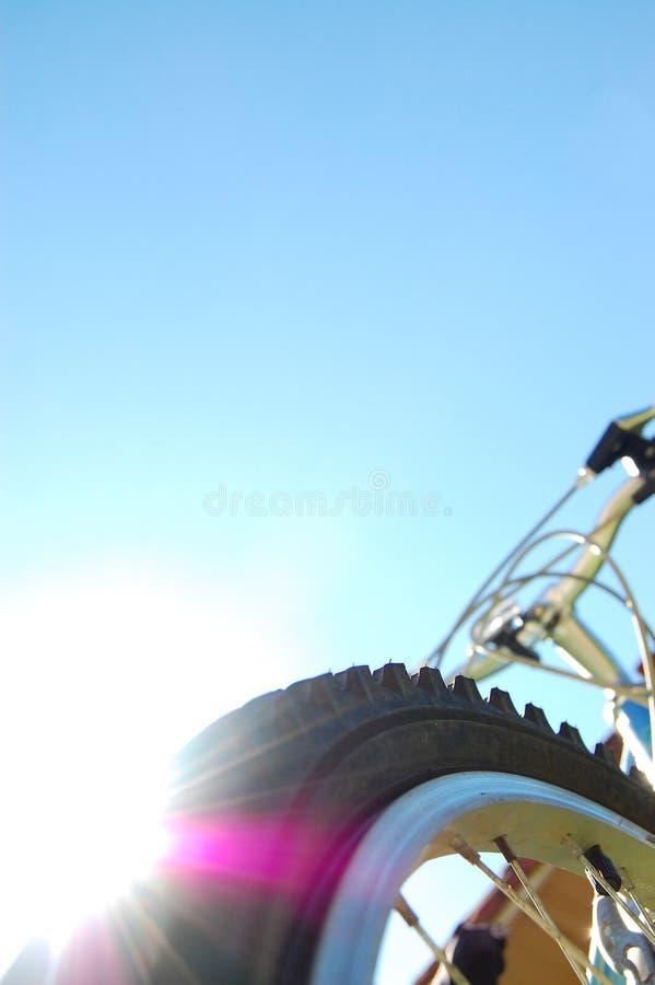 自行车轮胎和太阳 免版税库存图片