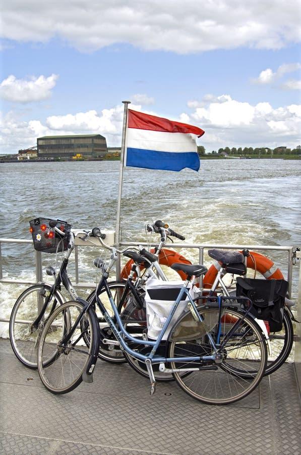 自行车运输横跨河,荷兰的 库存照片