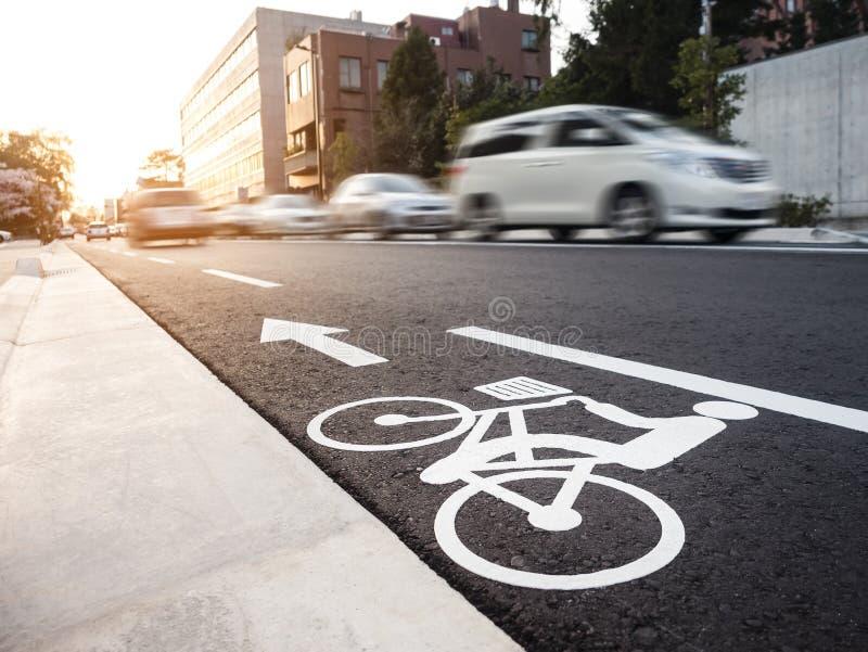 自行车道汽车移动的街道城市运输 免版税库存图片
